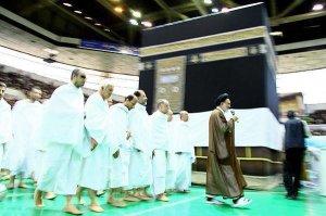 Seorang ulama syiah sedang memimpin jemaahnya bertawaf sekeliling kaabah mereka. Bukalah mata kalian. Betapa sesat lagi kufurnya mereka ini. nauzubillah
