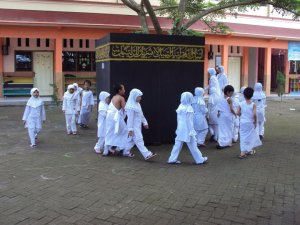 anak-anak tk al irsyad  yg menganut islam ahlusunnah manhaj salaf ini sedang melakukan MANASIK HAJI, ORANG TOLOL YANG MENGATAKAN ORANG2 Al-IRSYAD PUNYA KA`BAH SENDIRI